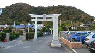 高麗山が背後にひかえる神社