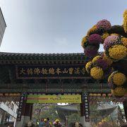 花に囲まれた寺