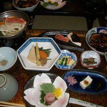 宿の自慢:山菜料理・鯉の洗い・鯉の旨煮・なめこ蕎麦 山形牛
