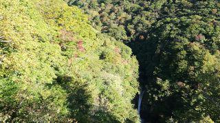遠くに見える滝 周囲との調和(紅葉など)があればですが・・・