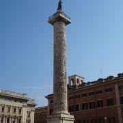 四角い広場の円柱