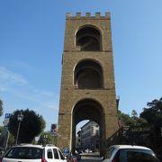 塔のような門