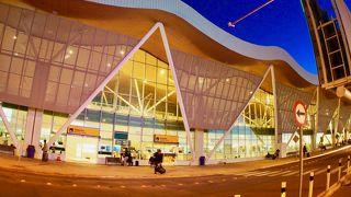 アタカマ砂漠の玄関口、小さいながらも....チリらしく....デザインも良く....改築され、今は、ほんと~に、こぎれいで素敵な空港になっています...この空港から約1時間、車の旅で、サンペドロアタカマの町に到着します~!(カラマ空港/サンペドロアタカマ/チリ)