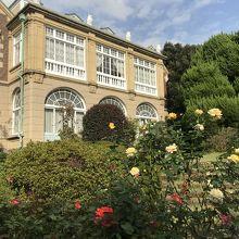 薔薇園側から見た鳩山会館