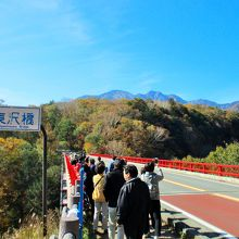 川俣川に掛かる赤い橋 東沢大橋