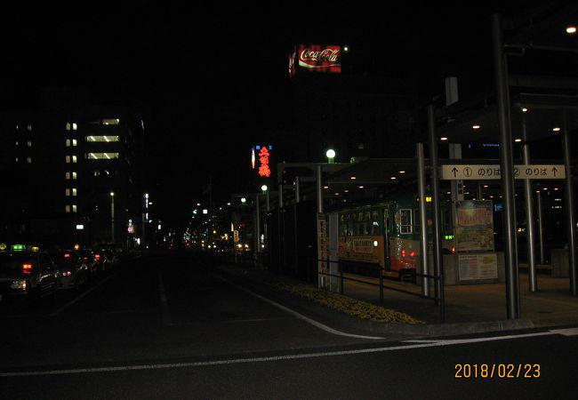 夜の駅前電停