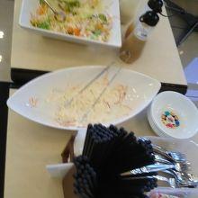 無料の朝食、サラダ、ご飯、パン、飲み物など。