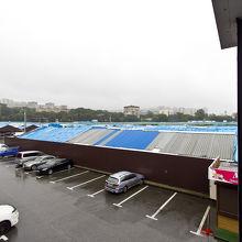 青い屋根の部分が市場