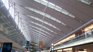 第2ターミナルの手荷物預りは機械化されていました