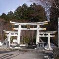 三ツ鳥居の先に拝殿と本殿があります
