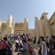 Athenaeの町を見下ろす小高い丘の上に聳える壮大な古代の建物