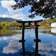 金鱗湖のふもとにある神社