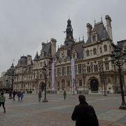 豪華で壮麗という言葉がぴったり。西洋風ですが、にぎやかな建築です。