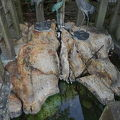写真:鶴の休み石 湯町の足湯