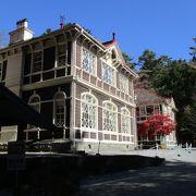 現存する国内唯一の純西洋式の旧三笠ホテル前の紅葉が赤く色づいていました。