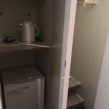 電気ポット、湯のみ茶碗、お茶、冷蔵庫、右手はクローゼット