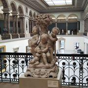 地下で繋がっている広い美術館