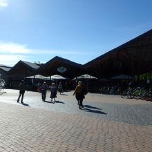 駅の横にあるショッピングモールです
