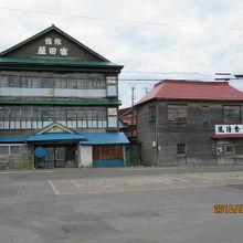 駅前の古い旅館でした