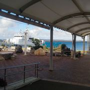 多良間島行の一日1本のフェリーと伊良部島行バス乗り場