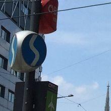 Sの文字がSバーン。赤いのはOBB、飛行機マークはCAT