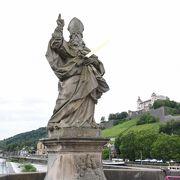 両側に守護聖人キリアンなどの12体の聖人像が並ぶ