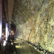 洞窟内の水たまり