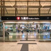 最近開業した高速鉄道の香港西九龍駅とは少し歩きますがつながっていています。