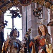 2本の尖塔の聖ローレンツ教会の中には受胎告知のレリ-フ