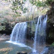 山中にある秘境の滝