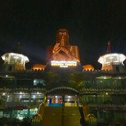 長く続く石窟寺院に黄金の巨大仏像が目立つ