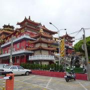 慈済宮と同じように立派で豪華な廟ですが、観光客は少ないです