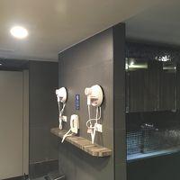 左の白いドアがシャワー個室。右が洗面台。写真の手前に化粧台。