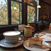 落ち着いた雰囲気の居心地よいカフェ