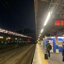 京王線とJRの乗換駅です。乗り換え専用改札もあり便利です。高尾始発の中央線電車を狙うと良いです。