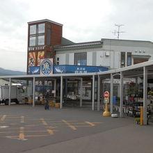 正面の建物は、「魚河岸 岩木屋」という鮮魚店です。