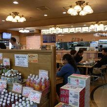 道の駅にある食堂です。特徴としてラーメンが売りの食堂です。