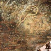壁画やウルルに触れたり