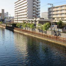 小名木川には両岸に静かな遊歩道があります