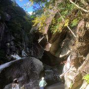 不思議な岩のトンネル