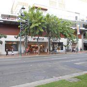 カラカウア通り沿いのデパート