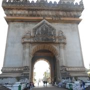 パトゥーサイ、古ぼけた凱旋門