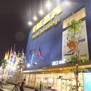 IKEAは若者や家族連れの人で活気に満ちていました