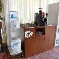 フロント横にお水とコーヒー、氷のサービス、PCもあります。