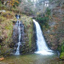 宿の防寒着を着て、白銀の滝を観に行きました。