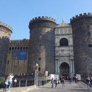 クルーズ船ターミナルの正面にあります。「ヌオーヴォ」ですが古いお城です。