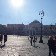 実質トレド通りの南の基点。ナポリ観光の始点です。