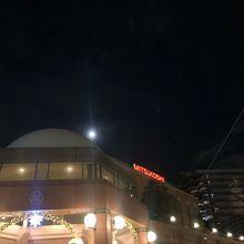 恵比寿ガーデンプレイスの三越と満月