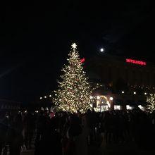 クリスマスツリーの向うの建物は三越です