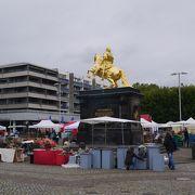 黄金の銅像がある広場